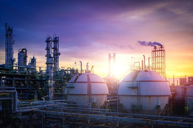 夕日と石油化学プラントの機械