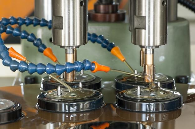 자동차 필터용 금속 뚜껑에 나사 가공을 위한 기계 및 장비
