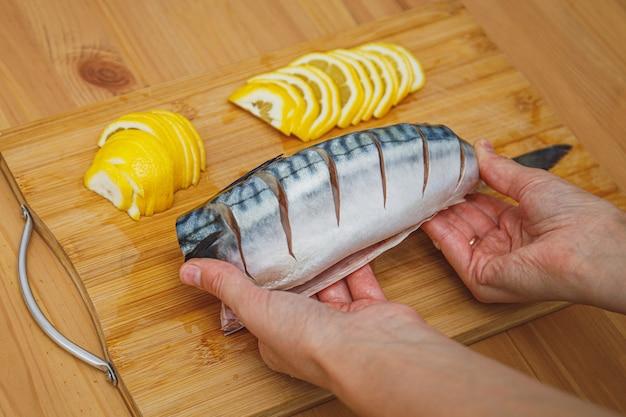 Скумбрия или скумбрия и ингредиенты. свежая сырая рыба готова к приготовлению
