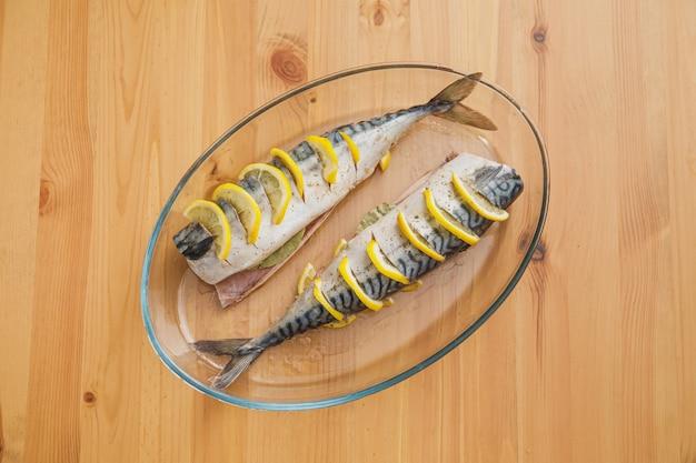 Скумбрия или скумбрия с лимоном. свежая сырая рыба готова к приготовлению
