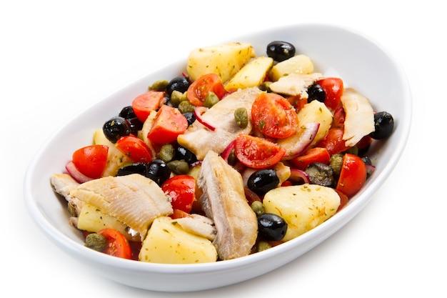 감자, 토마토, 케이 퍼, 올리브를 곁들인 고등어