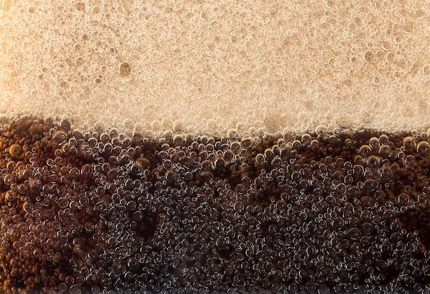 コーラのガラス壁にマクロ黒い泡