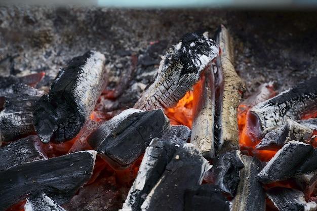 바베 큐에 붉은 뜨거운 석탄의 매크로 근접 촬영. 불, 석탄, 불씨 및 연기의 불꽃.