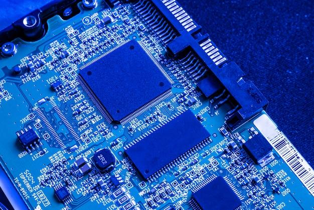 블루 라이트에서 칩 전자 부품의 매크로 세부 사항