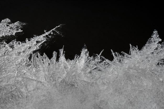 Макро изолированные текстуры мелких кристаллов льда на темноте