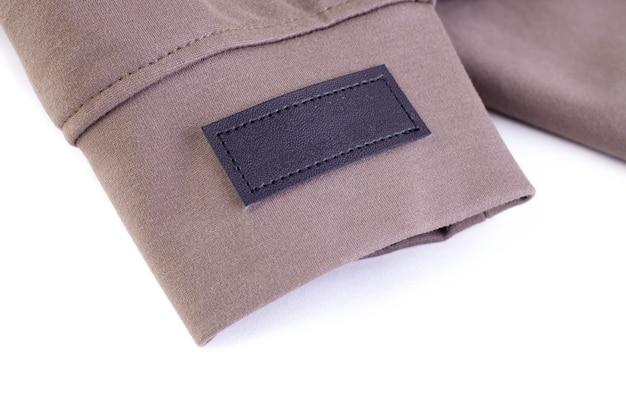 매크로는 이름 또는 의류 관리 지침에 대한 브랜드 로고 태그에 빈 에코 가죽 갈색 줄무늬를 모의합니다.