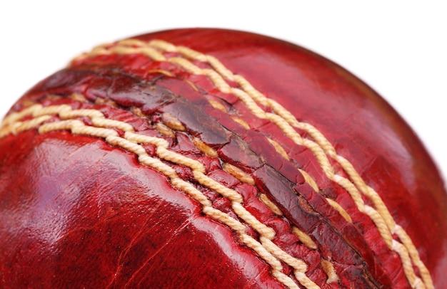 Макрос шва мяч для крикета на белом фоне