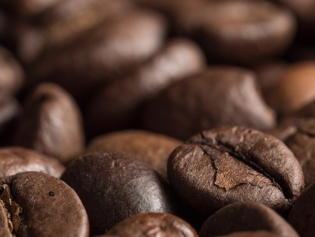 Макрос жареных кофейных зерен арабика.