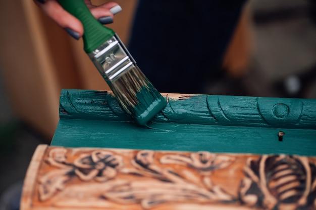 Макро на кисти в краске и процесс освежения старинной коробки монограммами, восстанавливающими антиквариат ...