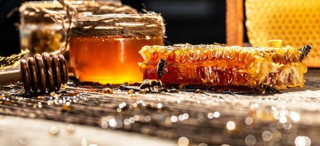 벌집에 꿀벌 하이브의 매크로 사진. 꿀벌은 신선하고 건강하며 꿀을 생산합니다.