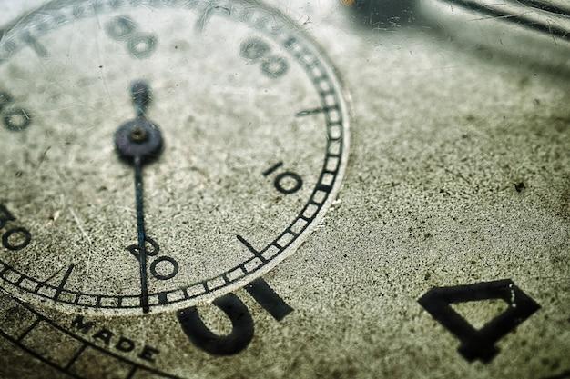 초침이 있는 빈티지 스위스 회중시계 조각의 매크로 사진