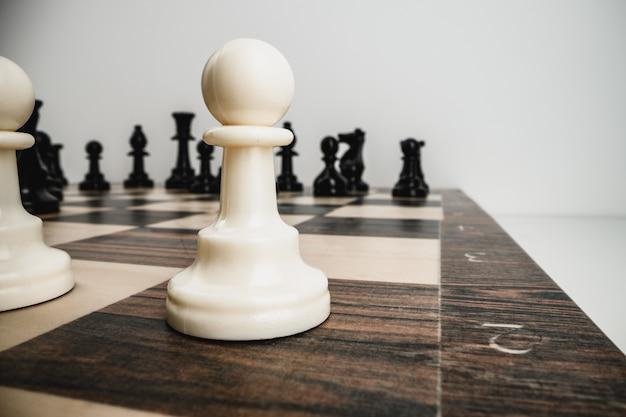 Макро фотография шахматных фигур на деревянной шахматной доске