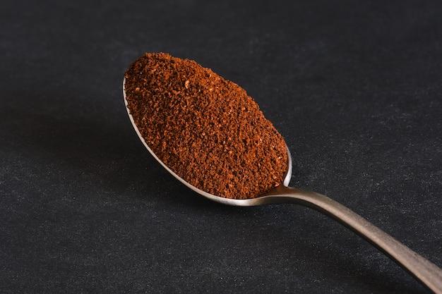 원두 커피와 숟가락의 매크로 사진