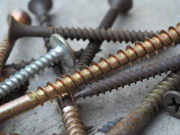 나사의 매크로 사진입니다. 산업 배경입니다. 오래 된 녹슨 나사를 닫고 선택적 초점