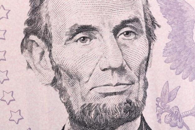 Макро портрет авраама линкольна на пятидолларовой купюре. фотография высокого разрешения.