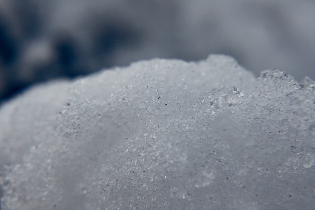 Ripresa macro dei fiocchi di neve cristallini in inverno