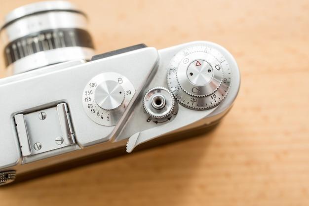 나무 배경에 대해 오래 된 수동 카메라의 평면도에서 촬영하는 매크로