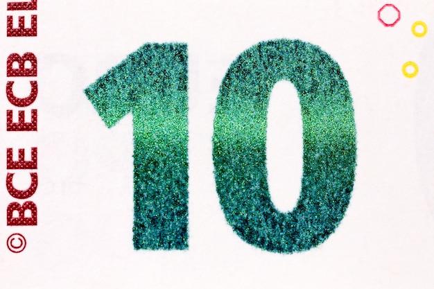 Макросъемка банкноты десять евро, показывающая номер десять с его текстурой. фотография высокого разрешения.