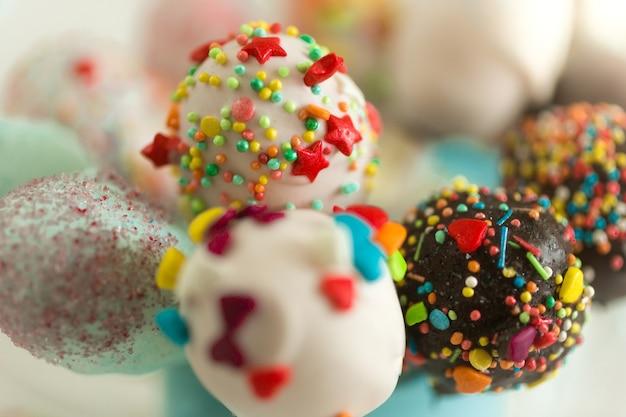 カラフルなスプリンクルで飾られたケーキポップのマクロ撮影