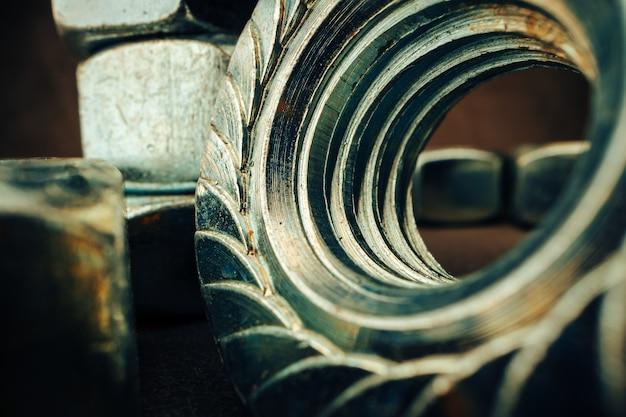 テクスチャード加工された表面の金属ナットのマクロ撮影をクローズアップ
