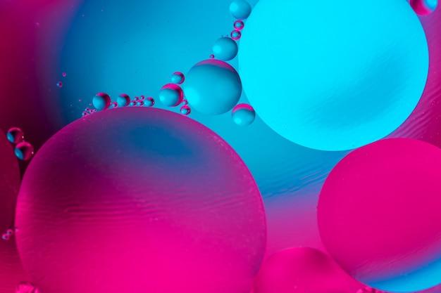 カラフルな水と油の泡のマクロ撮影。
