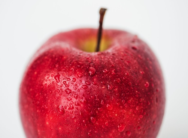 Ripresa macro di mela rossa isolata su sfondo bianco