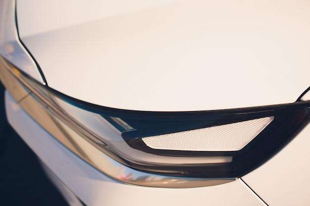 Макрос вид современного синего автомобиля ксеноновая лампа фар