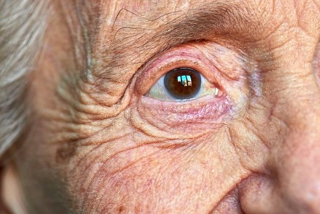 Макрос вид глаза пожилых женщин