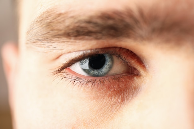 Красивые мужские голубые глаза, крупным планом. macro. здравоохранение и медицинская концепция