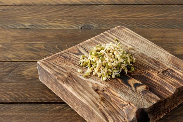 マクロビオティック食品。木製のサービングボードですぐに食べられる発芽緑豆。素朴なスタイル