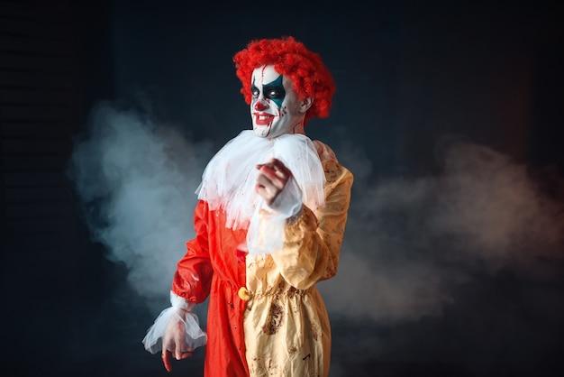 Безумный кровавый клоун, указывая на тебя