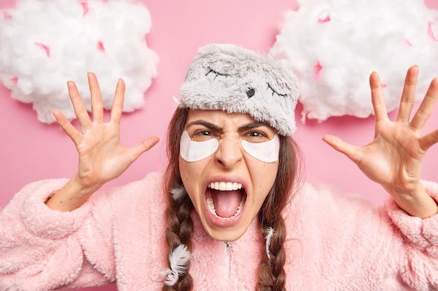 Безумная эмоциональная кавказская женщина кричит, громко поднимает ладони от раздражения