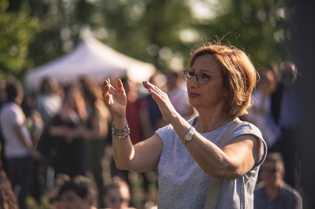 Мадам аплодируют во время концерта живой музыки
