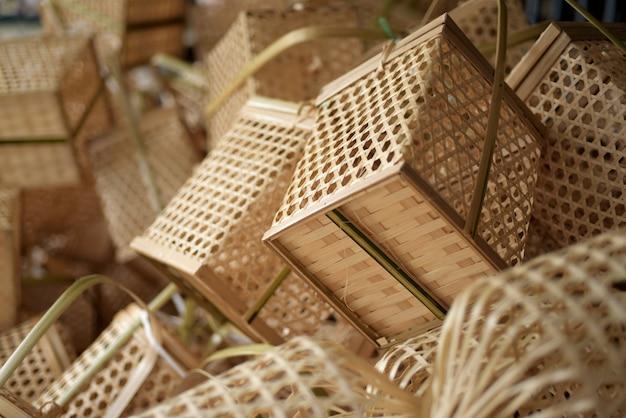 竹製のバスケットがたくさんあります。バスケットの籐はhです