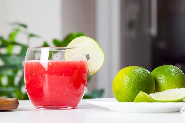 잘 익은 붉은 수박 주스, 유리잔에 담긴 붉은 수박 주스의 과육으로 만든