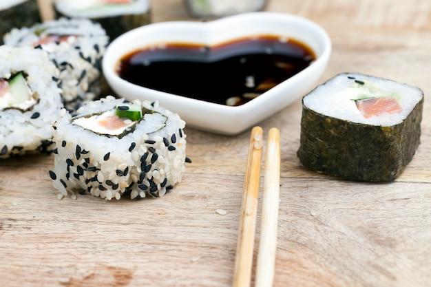 Приготовлено из форелевого риса и суши-овощей, азиатского риса и морепродуктов на столе во время еды.