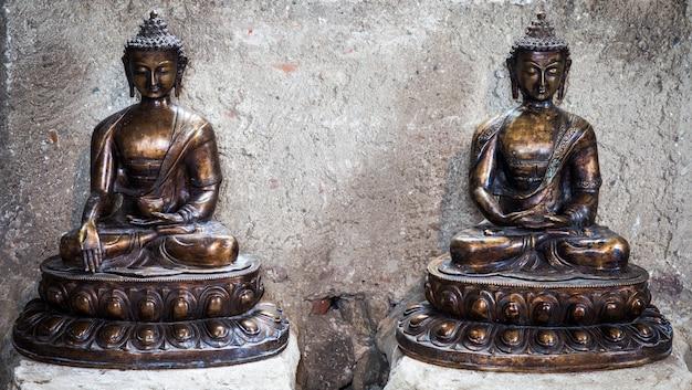 청동으로 제작, 1860년, 명상 자세. 집중과 관련된 개념에 유용합니다. 두 동상 사이 copyspace입니다.