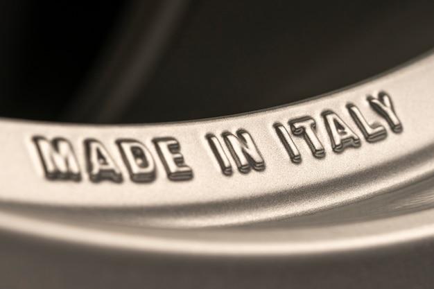 イタリア製-新しい合金ホイールのリムにレタリング。イタリアの産業と生産。