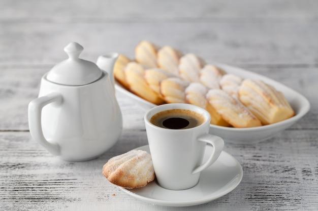 マドレーヌクッキーとコーヒー
