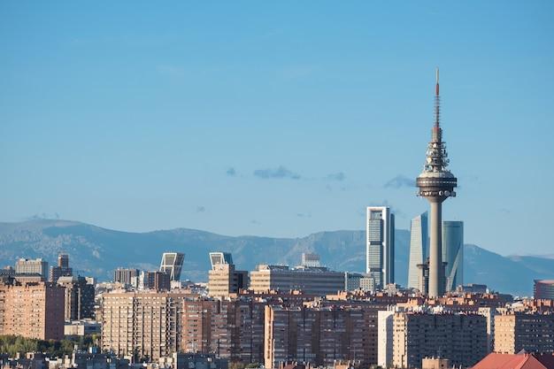 Мадридский городской пейзаж с некоторыми символическими зданиями и небоскребами. мадрид, испания.