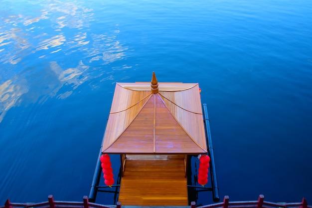 Местная лодка мае хонг сон вид сверху на причал в китайском стиле в местном доме в бан рак тай юньнань