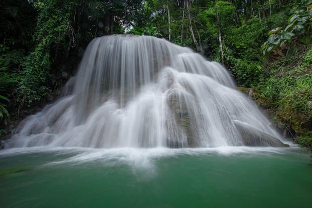 Водопад mae kae - водопад, расположенный в национальном парке нгао, провинция лампанг, таиланд.