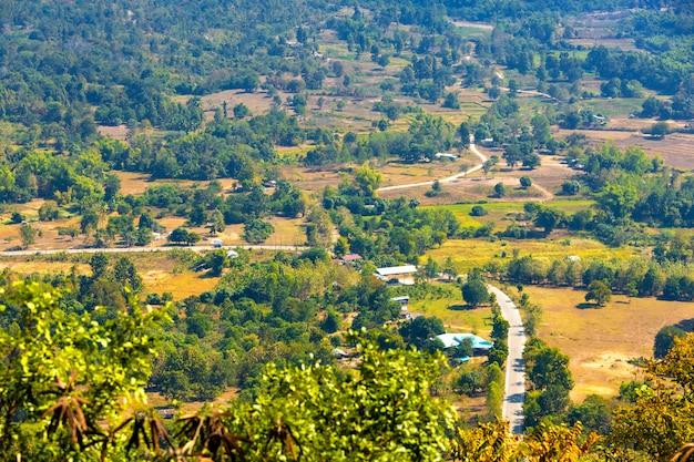 メーコン川ラオスの山の景色とタイのルーイ県のプートック公園のチェンカーンの町
