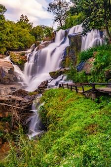 風の強い日のメークランルアン滝