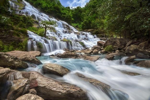Водопад мае я в чиангмае на севере таиланда