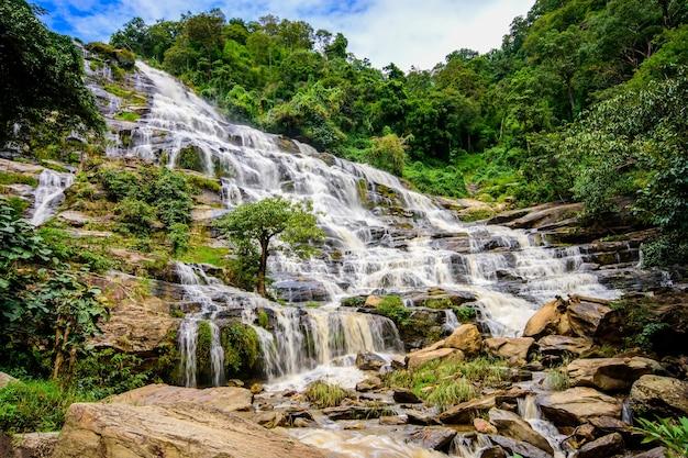 メイヤ滝は、ドイインタノンチェンマイタイで最も美しい滝の1つです。