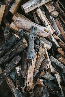 タイのチェンマイの丘の上のmaejantaiのakha村の火キャンプのための乾燥し、燃やされた薪の火の山。