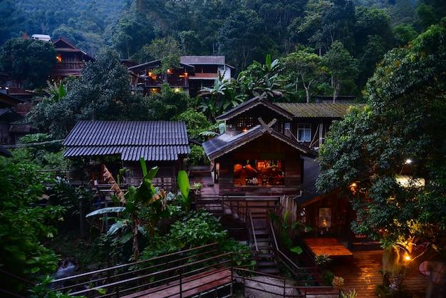 Деревня maekampong view ban mae kam pong окружена вечнозеленым лесом на холмах в чиангмае.