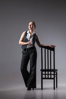 ブランデーガラスのマフィアの女性。ファッション写真。レトロなスタイル