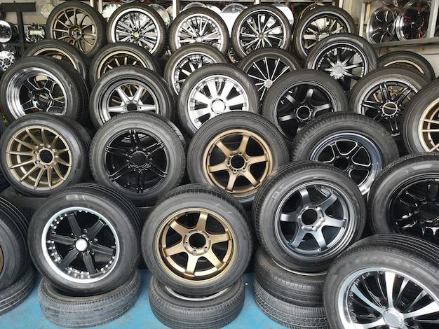 Mag колесо для автомобиля, показанного в автомобильном магазине. колесо из магниевого сплава. автомобильные аксессуары.